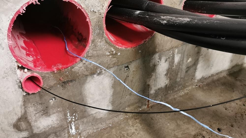 Tetting av kabelgjennomføringer med byggskum, vanlig branntetting, støp eller andre uegnede løsninger fører til store skader på kumsystemer og tilhørende infrastruktur.